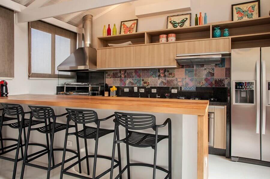 revestimento colorido para decoração de varanda gourmet com churrasqueira e bancada de madeira  Foto Homify