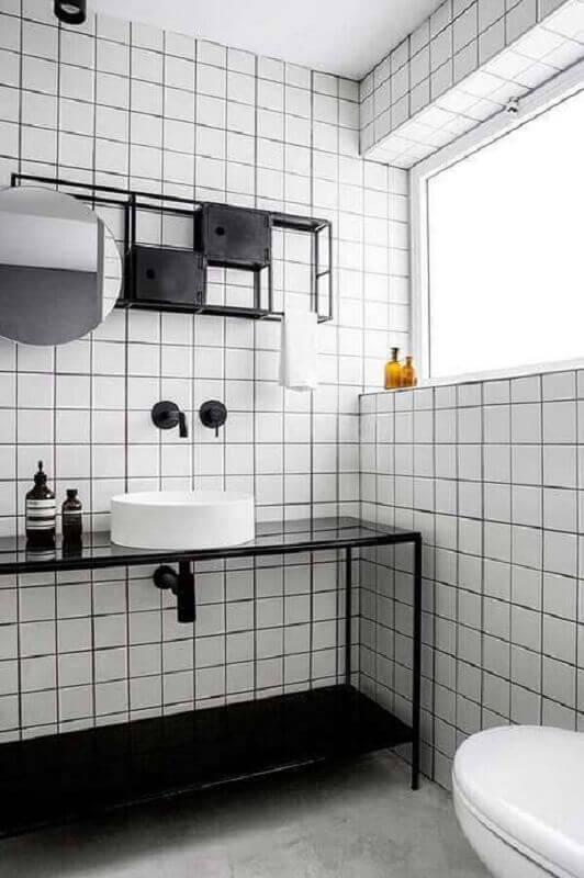revestimento com estilo retrô para decoração banheiro minimalista preto e branco Foto Jeito de Casa