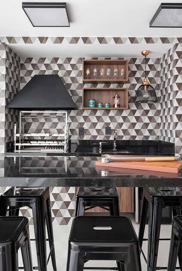 revestimento geométrico para varanda gourmet com churrasqueira preta e cinza Foto Pinterest