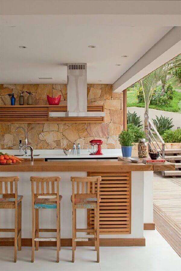 revestimento rústico e bancada de madeira cozinha gourmet externa Foto Pinterest