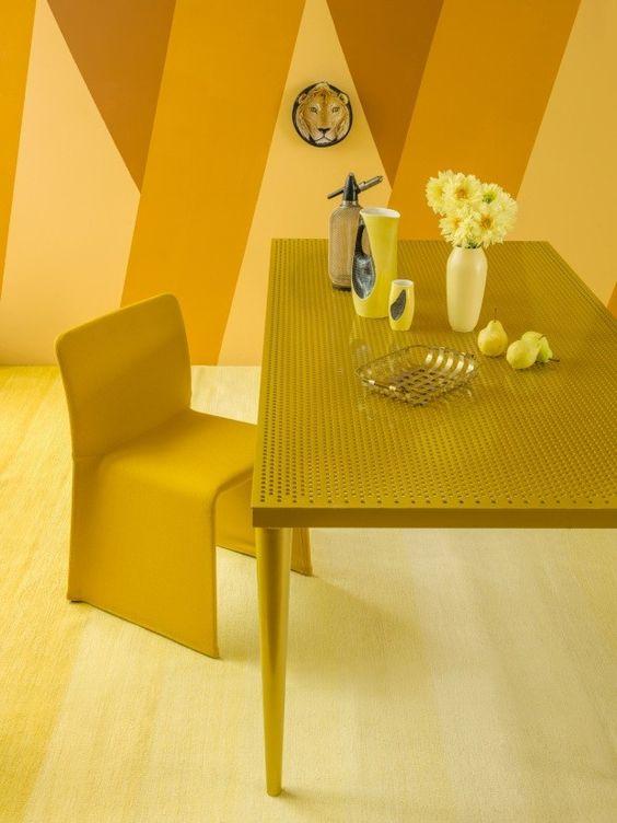 Sala amarela monocromática