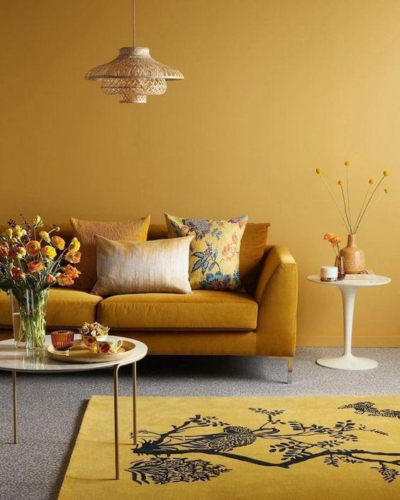 Sala amarela monocromática com piso cinza