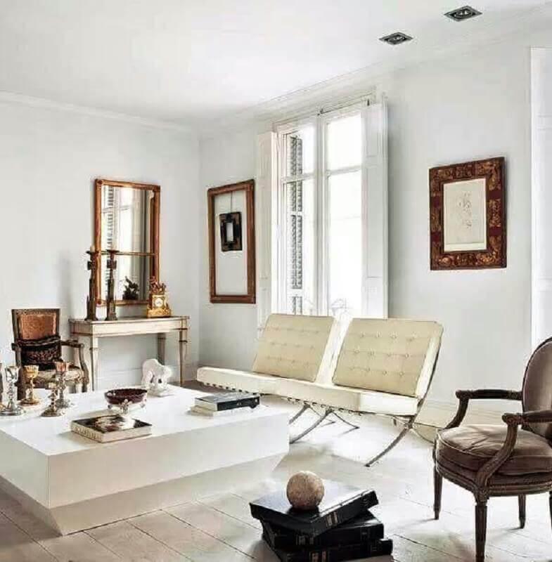 sala branca decorada com poltronas modernas e confortáveis Foto Apartment Therapy