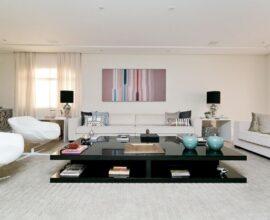 sala branca grande e sofisticada decorada com mesa de centro preta Foto Kalili Kibrit Kibrit