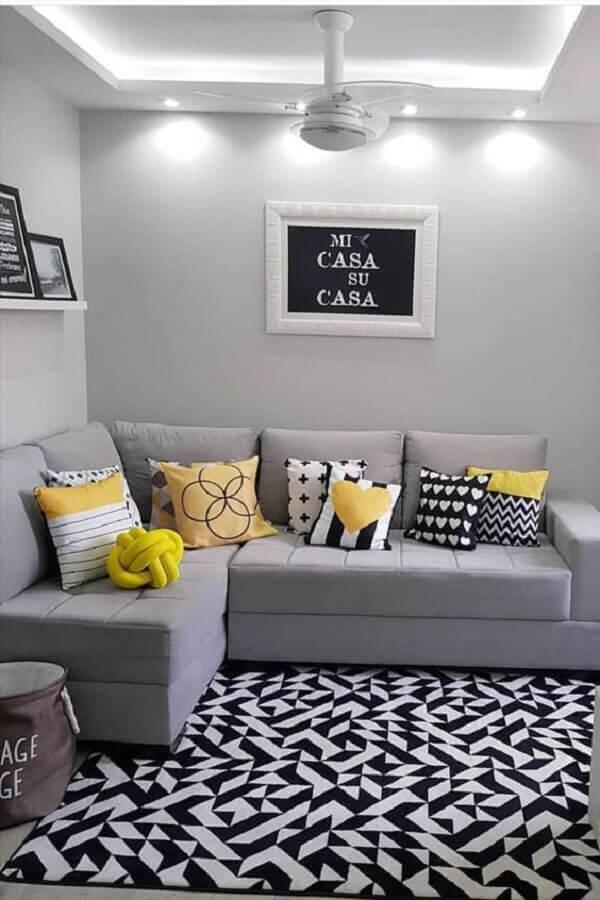 sala cinza decorada com almofadas coloridas para sofá de canto pequeno Foto Histórias de Casa