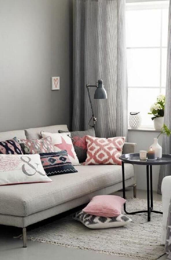 sala cinza decorada com almofadas coloridas para sofá pequeno Foto Futurist Architecture