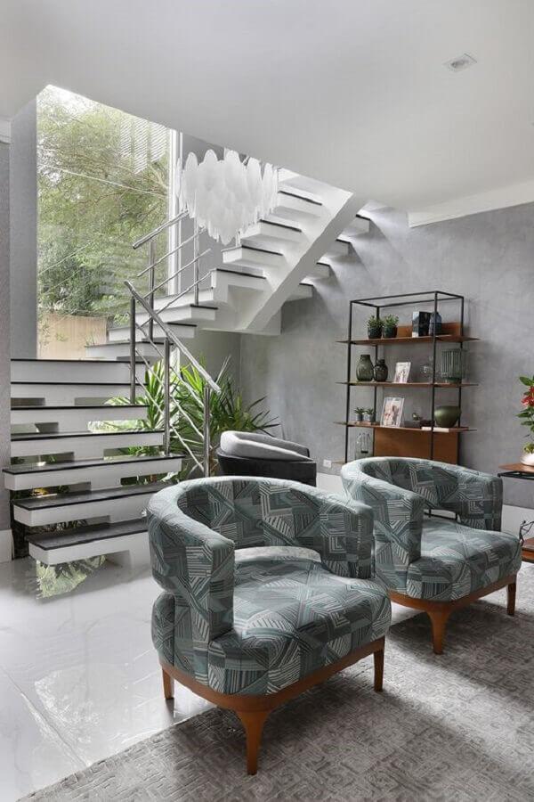sala cinza decorada com poltronas modernas e confortáveis Foto Casa de Valentina