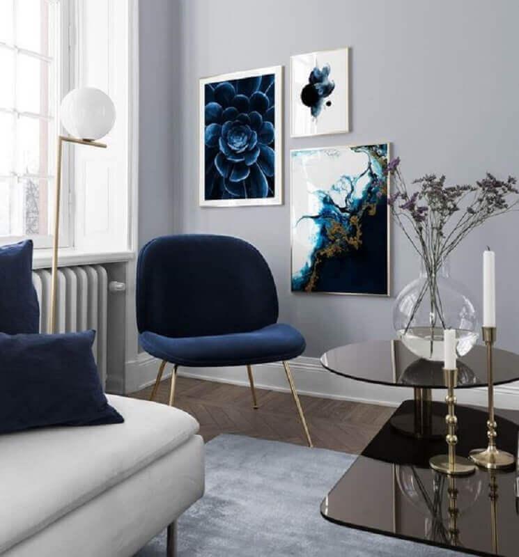 sala cinza minimalista decorada com poltrona azul escuro  Foto Futurist Architecture