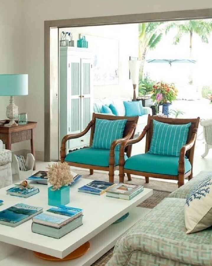 sala clássica decorada com poltrona azul turquesa de madeira  Foto Arkpad