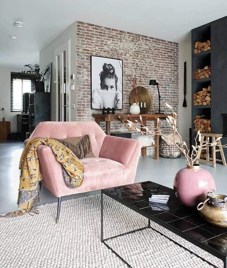 sala com estilo industrial decorada com poltrona decorativa moderna cor de rosa Foto Apartment Therapy