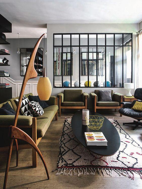 Sala verde com poltronas e sofá da mesma cor