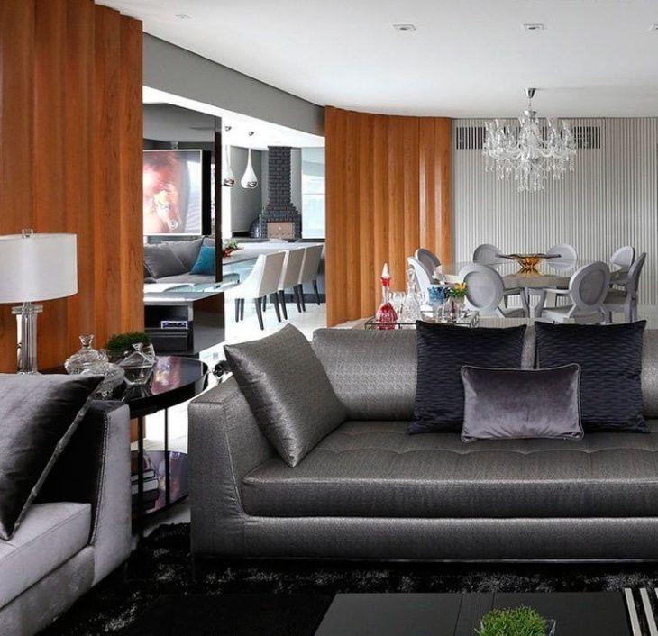 Sala com tapete preto e sofá cinza