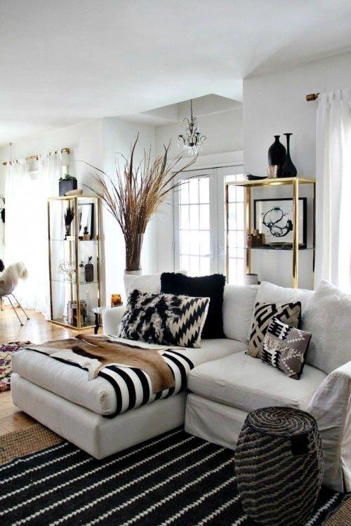 Sala com tapete listrado preto e branco
