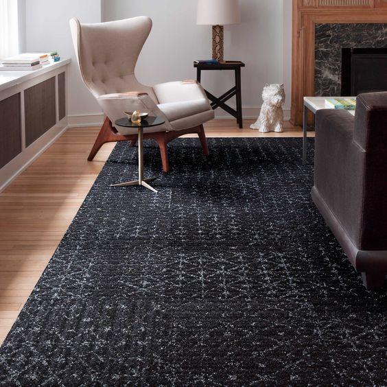 Sala com tapete preto e poltrona offwhite clássica