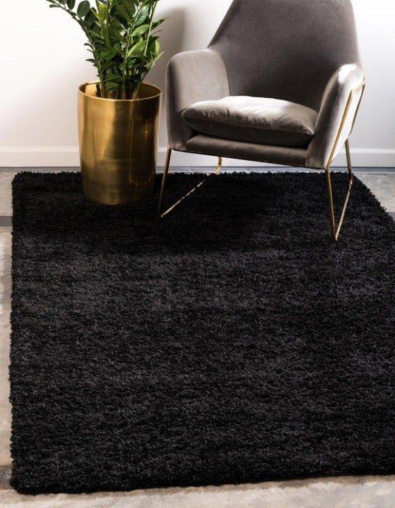 Sala com tapete peludo preto pequeno