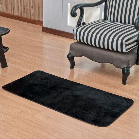 Sala com tapete preto