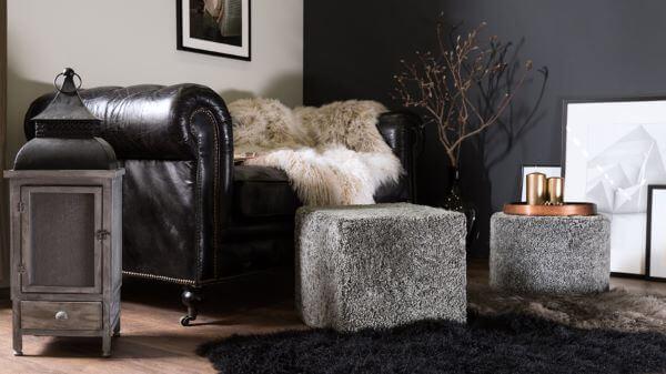 Sala com tapete preto monocromática