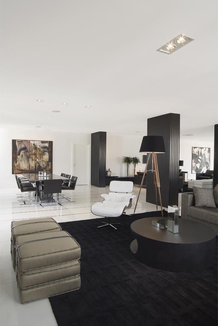 Sala clássica com tapete preto grande