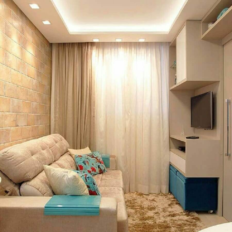 sala de TV decorada com tapete felpudo e sofá retrátil pequeno Foto Arkpad