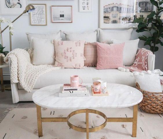 Sofá off white com almofada rose gold