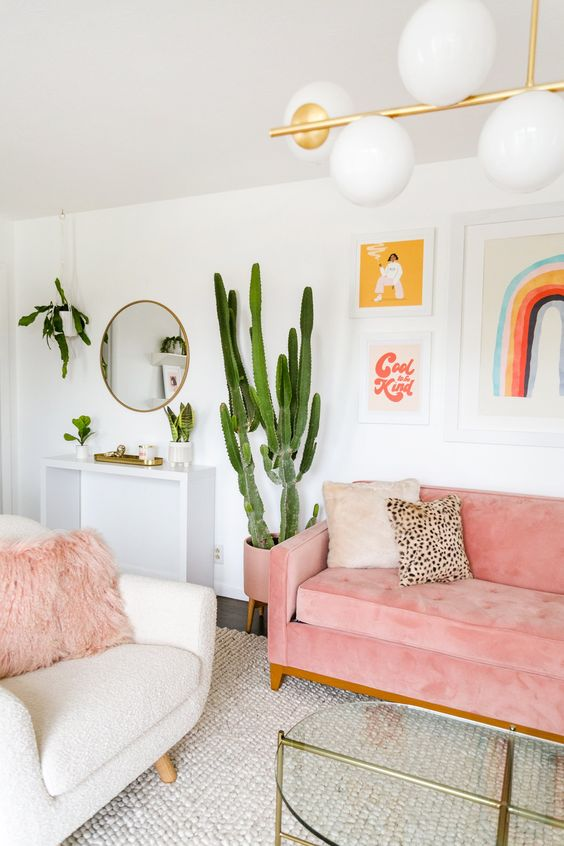 Sala rosa com almofada de pelo rosa