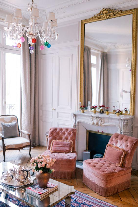 Sala de estar decorada com espelho grande na lareira