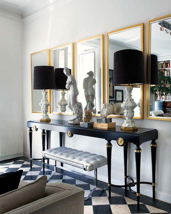 Decoração de sala moderna com espelho e moldura dourada