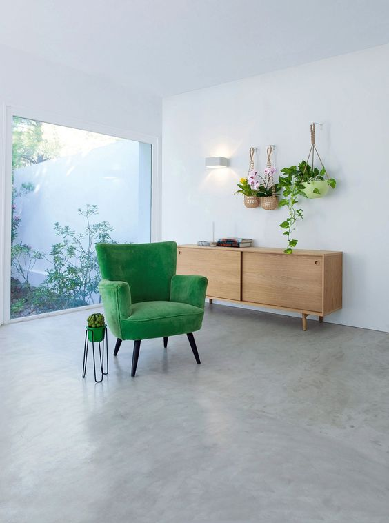 Poltrona verde na sala de estar