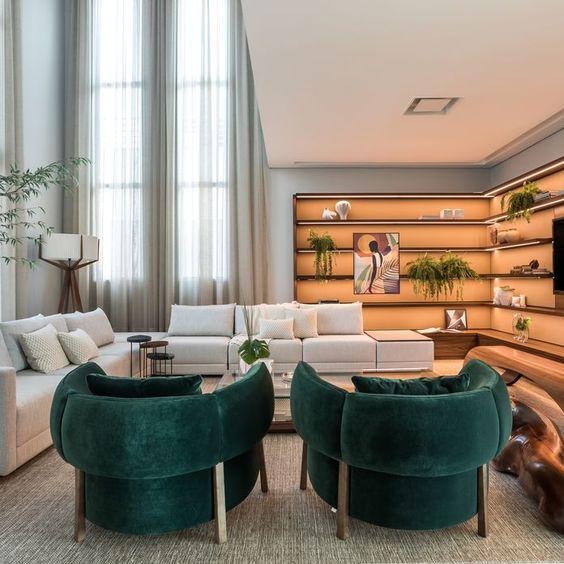 Sala de estar com poltronas verdes modernas