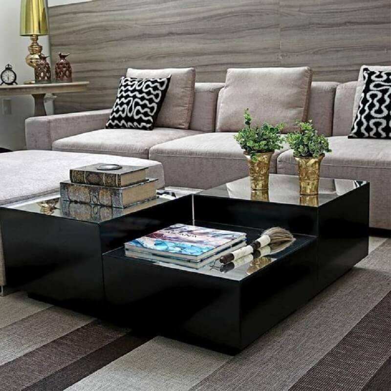 sala de estar decorada com sofá cinza e mesa de centro preta espelhada Foto Cláudia Benini Concept Home
