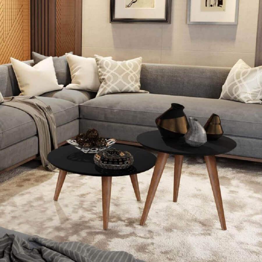 sala de estar decorada com sofá de canto e mesa de centro retrô preta Foto Pinterest