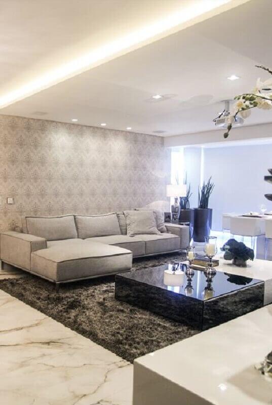 sala de estar decorada com tapete felpudo cinza e mesa de centro preta Foto Archtrends