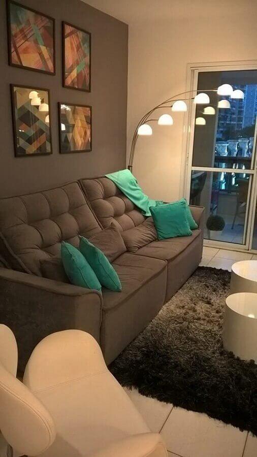 sala de estar decorada com tapete felpudo e sofá 2 lugares pequeno cinza Foto Arkpad