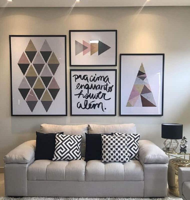 sala de estar decorada com vários quadros de parede e sofá 2 lugares pequeno Foto Pinterest