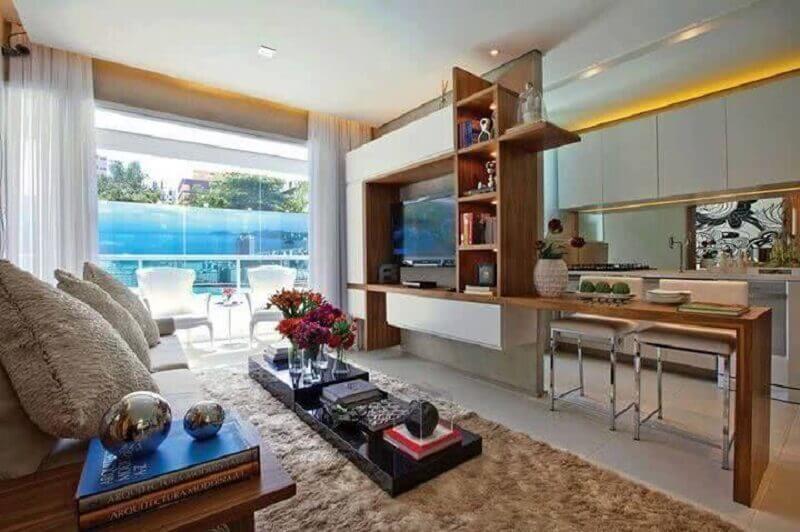 sala de estar e cozinha integradas com bancada de madeira planejada Foto Pinterest