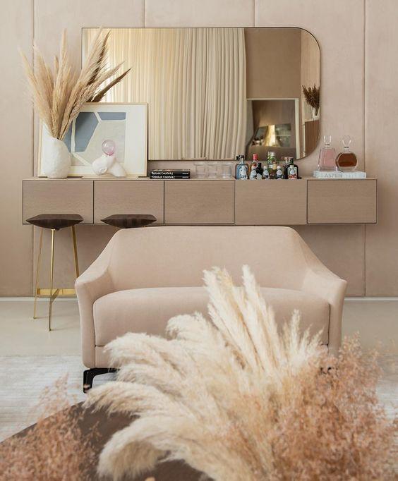 Sala de estar monocromática em off white