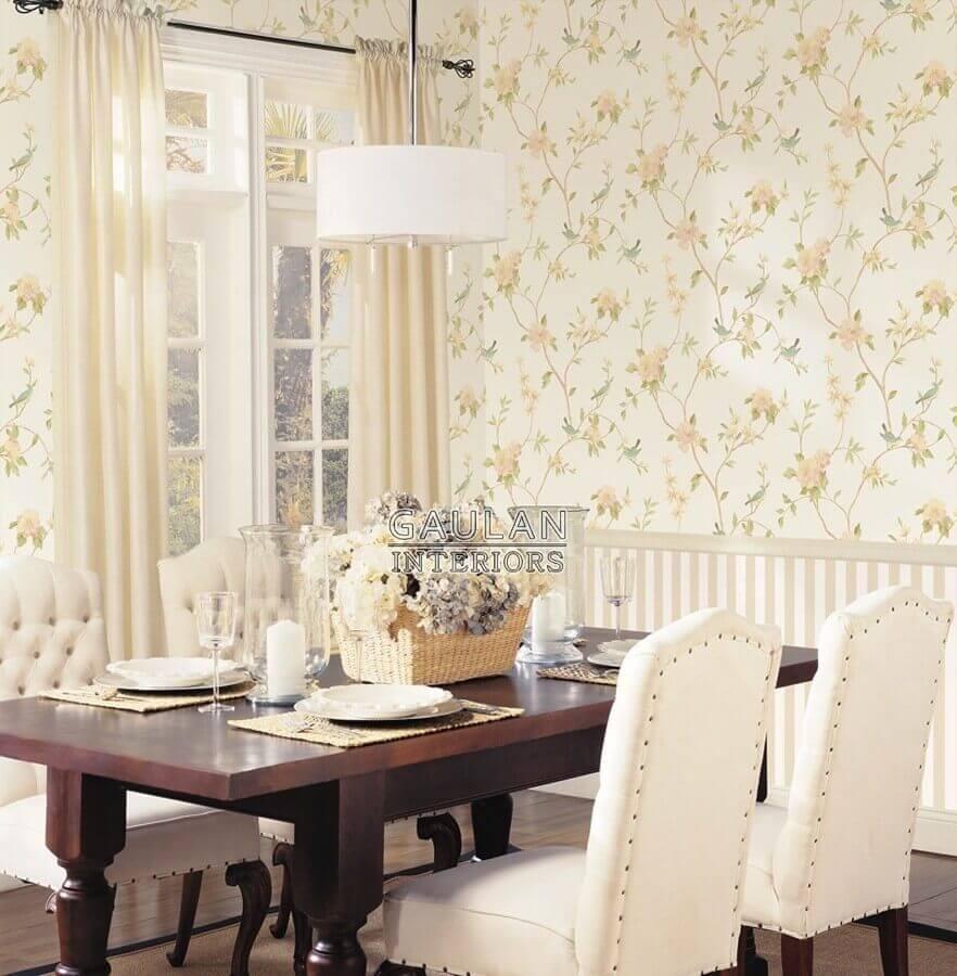 sala de jantar clássica decorada com papel de parede floral delicado Foto Jeito de Casa