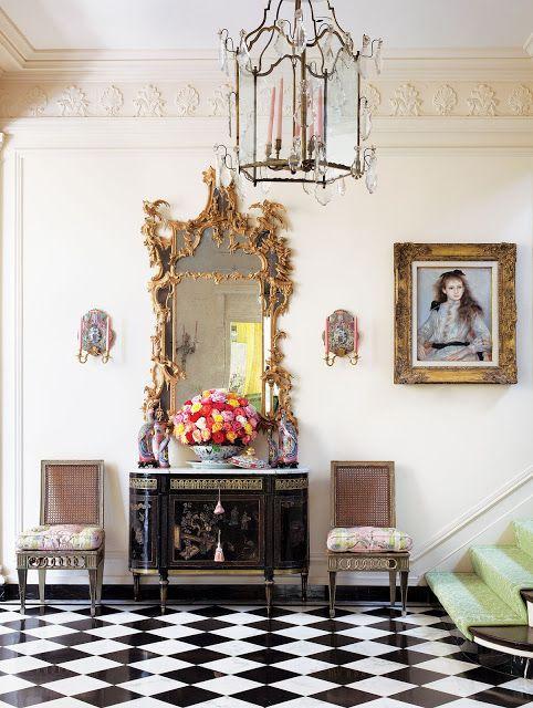 Sala luxuosa com espelho dourado