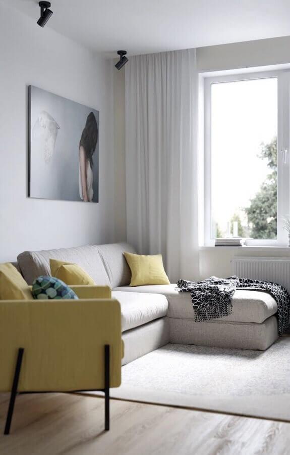sala decorada com poltrona amarela e sofá de canto pequeno Foto Homedit