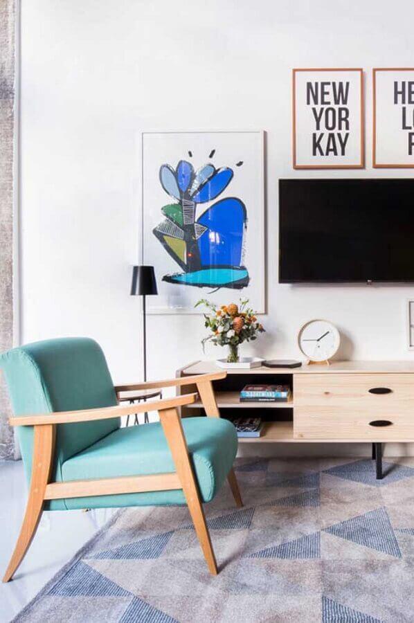 sala decorada com poltrona azul claro de madeira e rack retrô Foto Pinterest