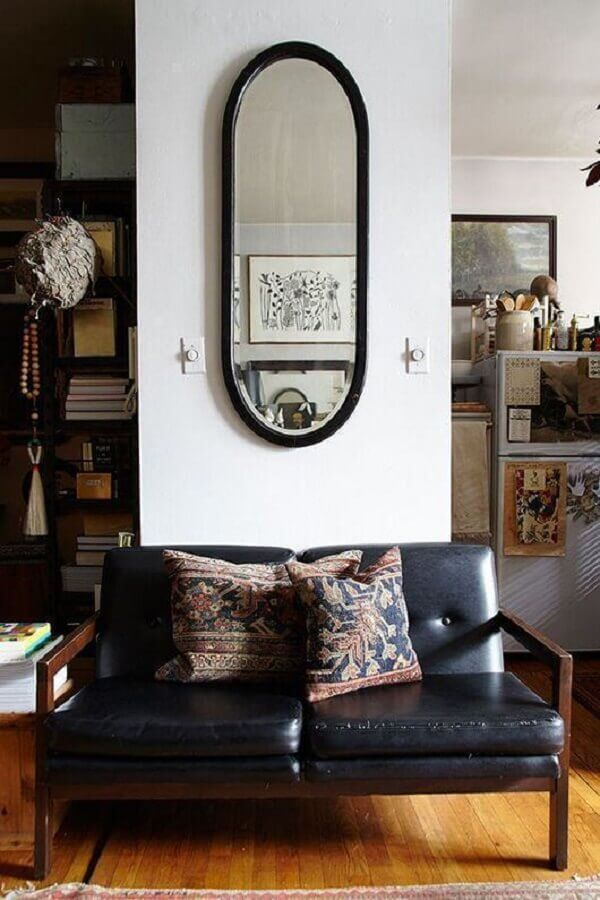 sala decorada com sofá pequeno 2 lugares de madeira Foto Pinterest