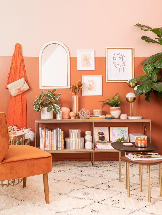 Sala laranja monocromática