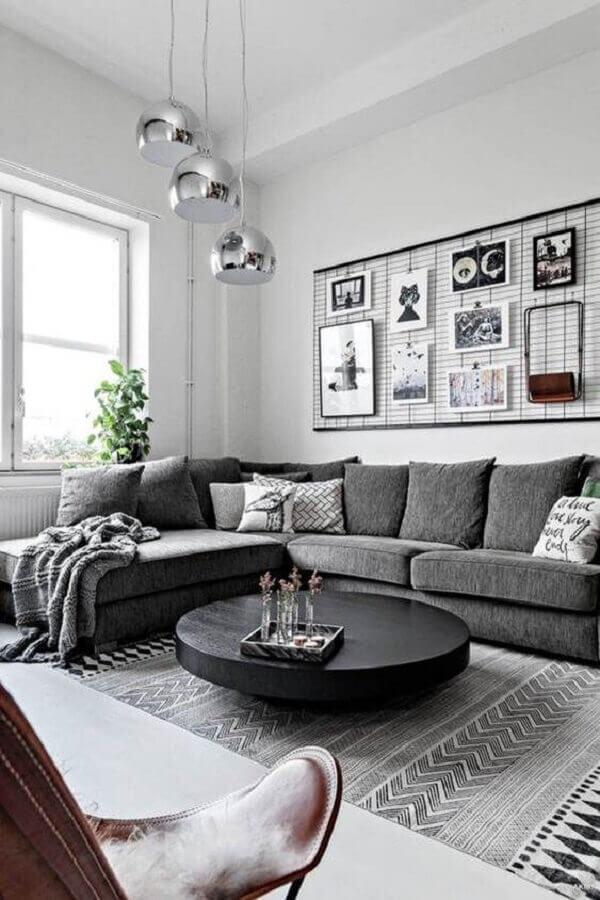sala minimalista decorada com luminárias modernas cromadas e mesa de centro preta redonda Foto Bela Lopes Arquitetura