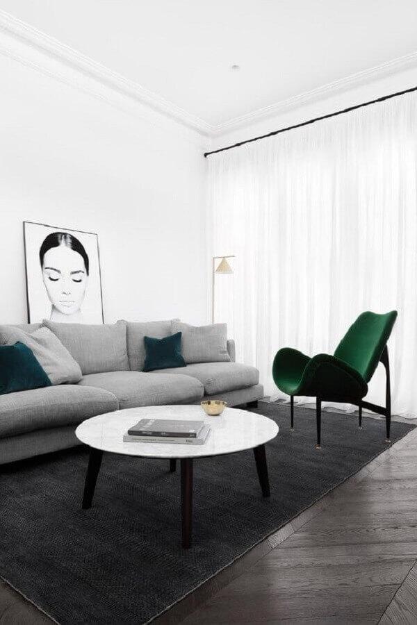 sala minimalista decorada com sofá cinza e poltrona design moderno verde Foto Futurist Architecture