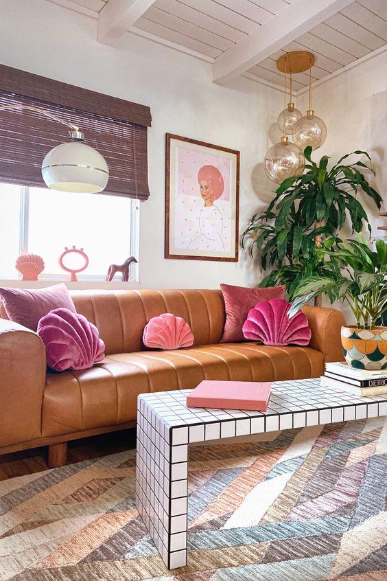 Sala moderna com almofada rosa