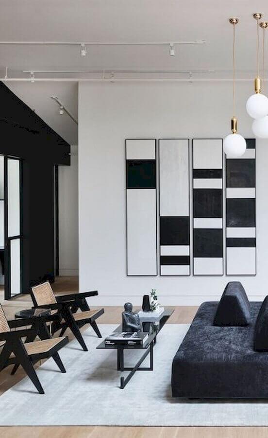 sala moderna decorada com quadros decorativos preto e branco Foto Pinosy