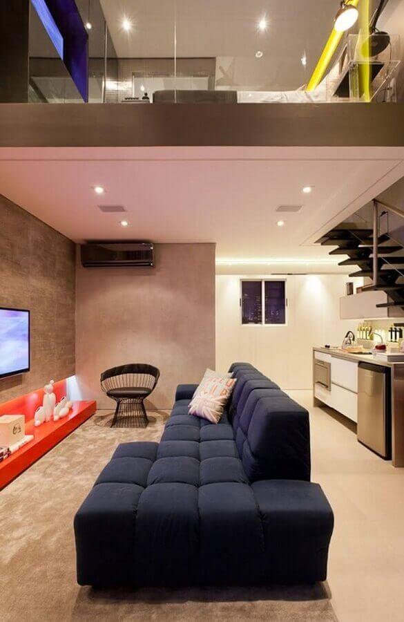 sala moderna decorada com sofá azul marinho modulado e tapete bege Foto Casa de Valentina