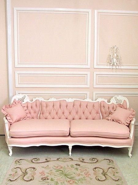 Sala monocromática rosa claro