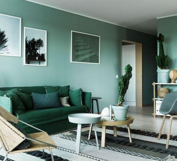 Sala de estar monocromática em verde