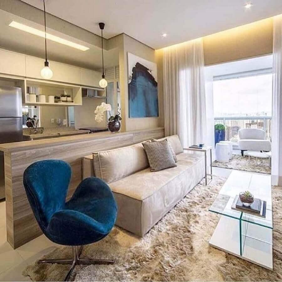 sala pequena decorada com sofá sem braço e poltrona azul escuro Foto Dicas de Mulher
